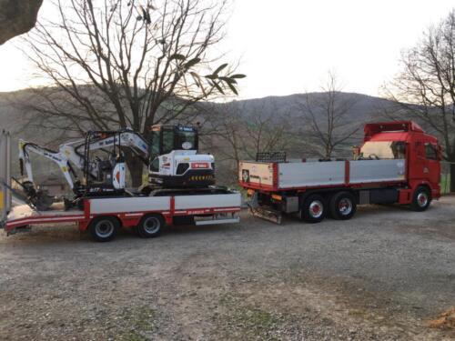 Autocarro scania con carrello appendice con sopra escavatore Bobcat cingolato gommato da 60 quintali e miniescavatore Bobcat cingolato gommato da 15 quintali